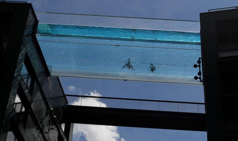 Je moet toch echt geen last hebben van hoogtevrees als je in de Embassy Gardens Sky Pool wilt zwemmen. Dit transparante zwembad 'hangt' tussen twee gebouwen in Londen op 35 meter boven de grond. Beeld REUTERS