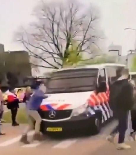 Actiegroep deelt foto van agent die tegen demonstrant aanreed: 'Totaal onacceptabel', vindt de politie