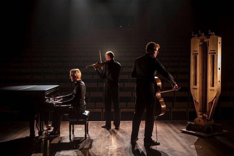 Het Storioni Trio, met rechts de draailier Beeld