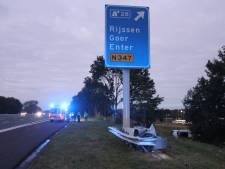 Auto over de kop langs A1 bij Enter: politie houdt persoon aan
