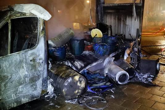 De resten van het vrachtwagen met drugsafval dat in brand heeft gestaan.