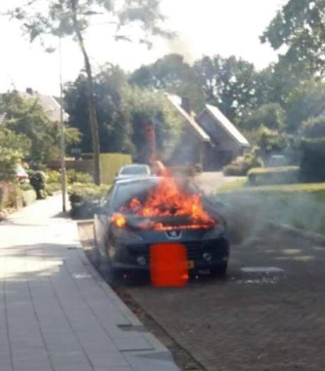 Geparkeerde auto in Terwolde brandt uit; brandweer snel ter plekke