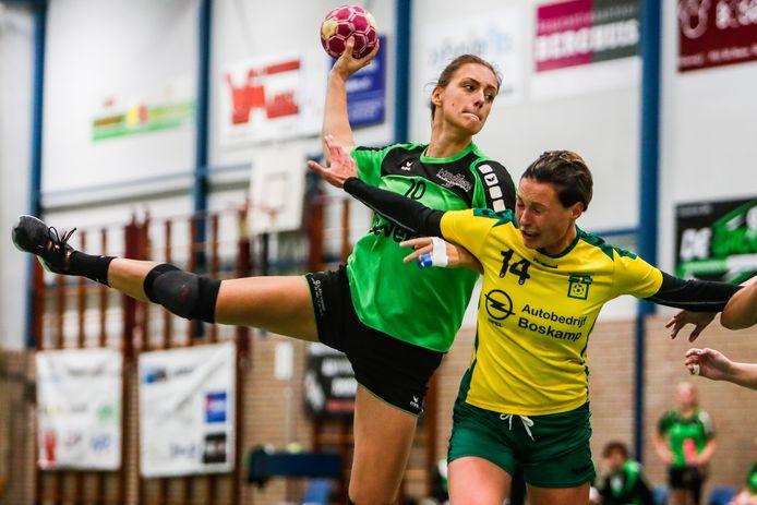 De handbalster van Heeten, hier met Emma Schoorlemmer aan de bal, blijven onder leiding staan van trainer Harry Stoeten.