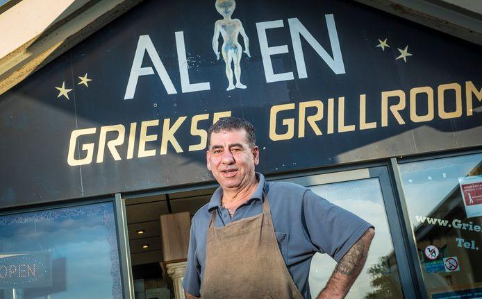 Mohammed Alian voor zijn grillroom in Wezep.