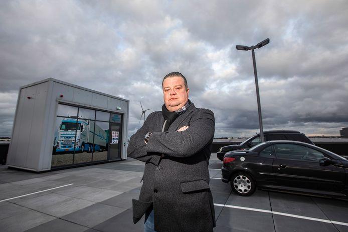 Chris Hans van der Hout van Freightline; op het parkeerdak.