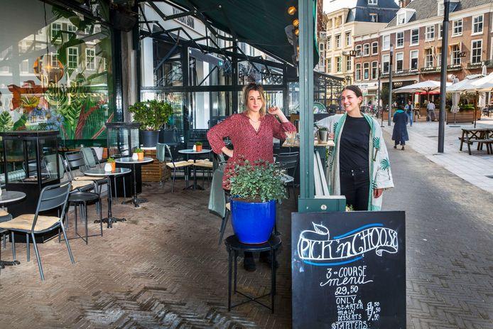 Charly de Koster (L) en Lisa Wife hopen de take-away bar van restaurant Palmette op de Plaats snel in te ruilen voor het terras.