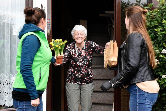 Vijftig ouderen in Woerden kregen een hutspotje en een bloemetje.
