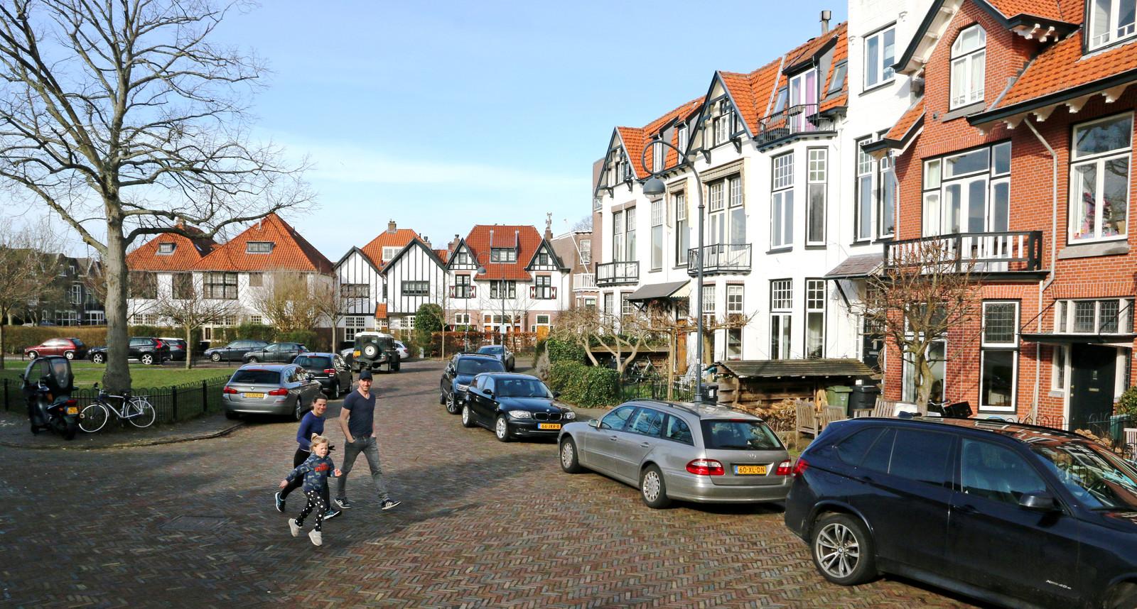 Annemarie en Thomas lopen met hun dochter Eefje over het Oranjeplein in Bosch en Vaart, de buurt waar Thierry Baudet opgroeide.