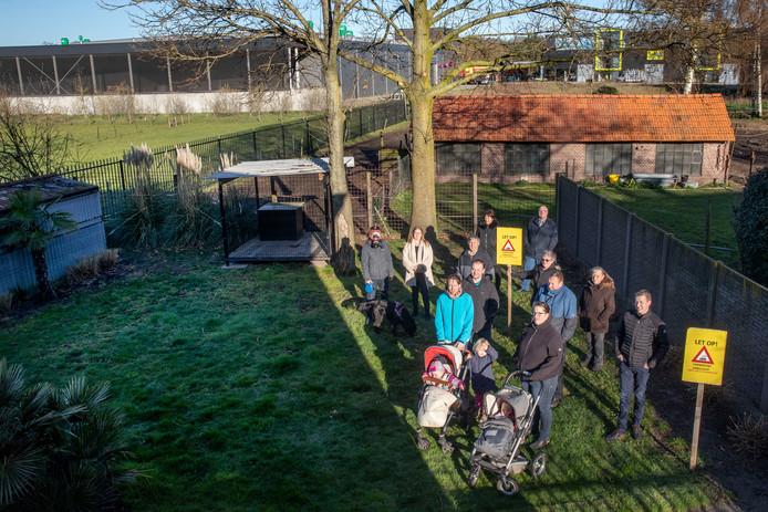 Omwonenden van lakspuiterij Veco in Westerhoven klagen over stankoverlast. Vanuit een van hun achtertuinen is op de achtergrond Veco te zien.