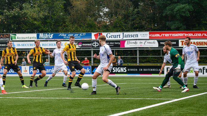 DVS'33 in de aanval tegen FC Lisse.