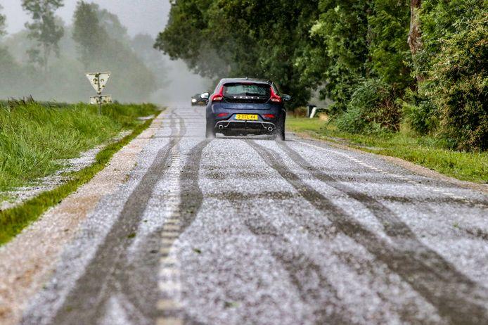 Op sommige plekken kwam het na de hevige hagelbui zelfs tot witte wegen, zoals hier in Emmeloord. Lokaal kan het spekglad zijn.