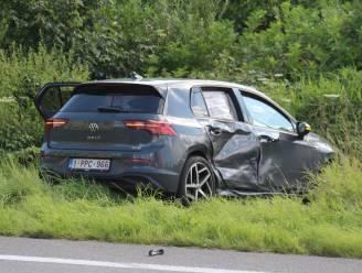 Auto weggeslingerd na aanrijding bij oprit E40 in Middelkerke