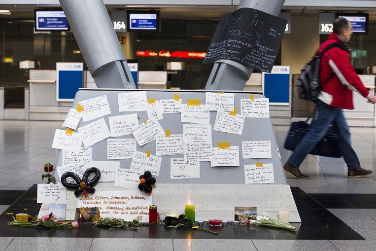 Herdenkingsplek op de luchthaven van Düsseldorf. Het dodental is opgelopen naar 72, aldus Germanwings-topman Winkelmann. Beeld anp