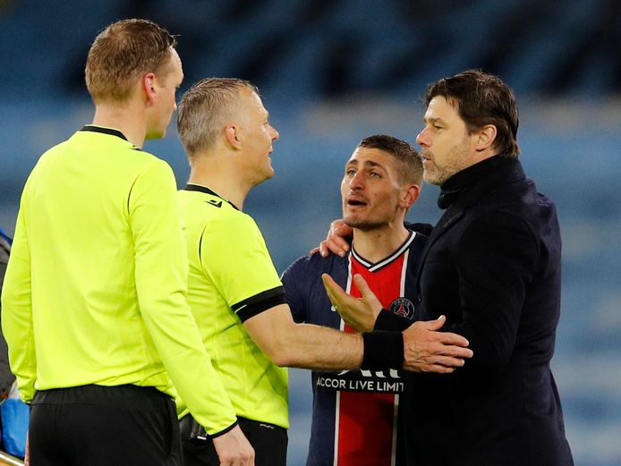 Marco Verrati en PSG-coach Mauricio Pochettino protesteren bij team Kuipers.