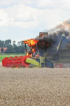 Hans ziet midden in graanveld in Espel zijn combine in brand vliegen: 'Schade is onherstelbaar'