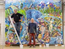 Roel en Jan Pieter maakten een wereldschilderij op een doek van een marktkraam: 'De vrolijke onbevangenheid is terug'