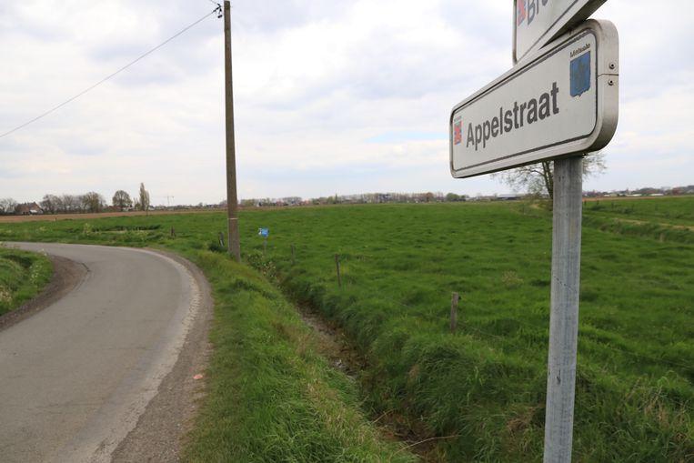 De man werd levenloos aangetroffen op een weiland in de Appelstraat in Melsele.