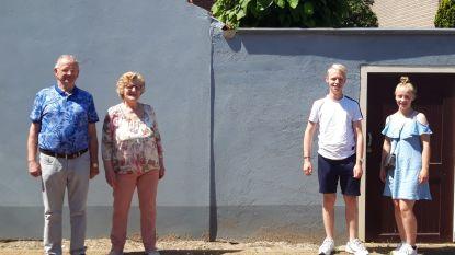 """Nicky (19) en Lotte (16) steken grens over voor bezoekje aan grootouders in Hulst: """"Na tien weken doet het deugd om elkaar terug te zien"""""""