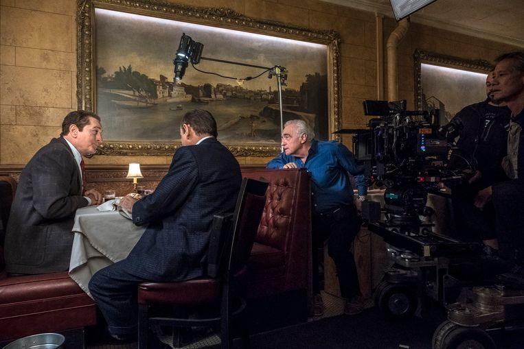 Van links naar rechts: Robert De Niro, Joe Pesci en Martin Scorsese bij de opnamen van The Irishman. Beeld