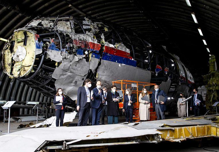 Leden van de rechtbank en advocaten bekijken op vliegbasis Gilze-Rijen de reconstructie van het in 2014 neergeschoten MH17-toestel. Beeld ANP