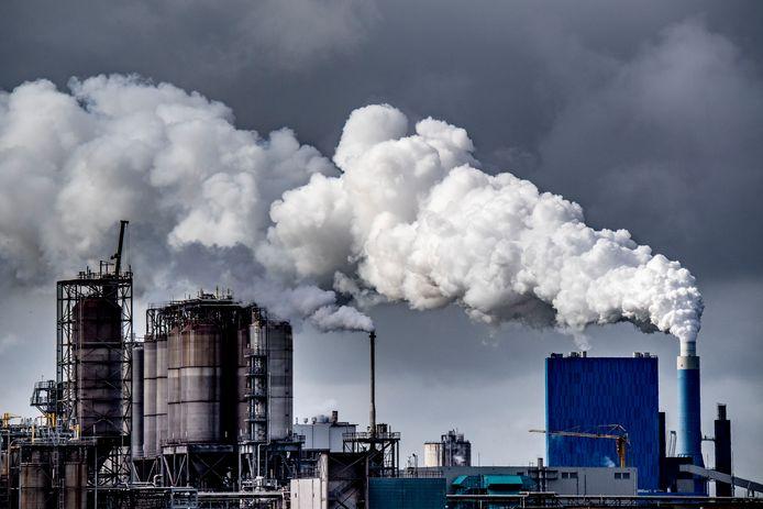 De Nederlandse overheid moet meer doen om de uitstoot van broeikasgassen tegen te gaan, zo bepaalde het Hof vandaag. Er moeten op korte termijn maatregelen worden genomen om burgers te beschermen 'tegen industriële activiteiten'.