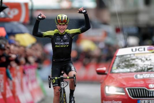 Annemiek van Vleuten rijdt juichend over de finish bij Luik-Bastenaken-Luik. De Wageningse staat woensdag aan de start bij het NK wielrennen in Ede.