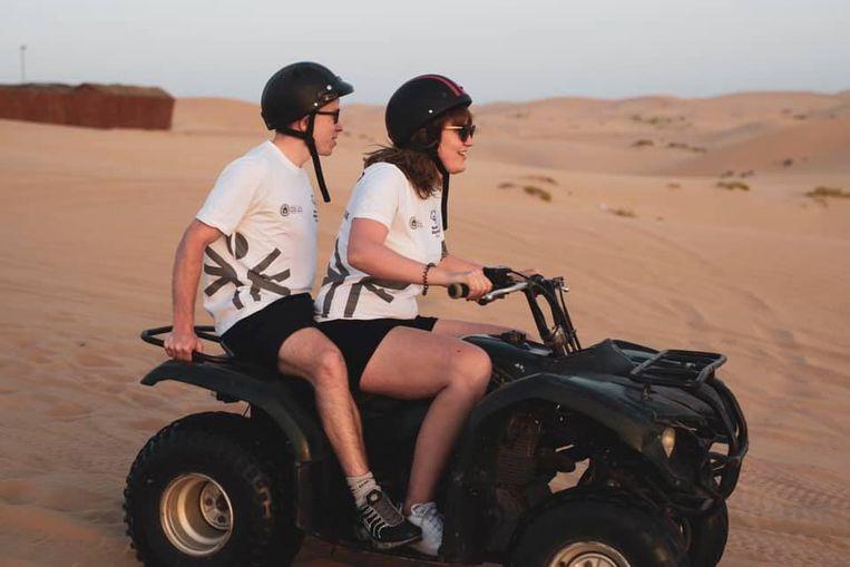 """""""De allerleukste uitstap was die naar de woestijn"""", zeggen Bram en Mike. Hier zit Mike achterop een quad."""