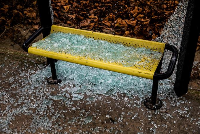 Dit bushokje in IJsselstein werd tijdens de jaarwisseling vernield. Dit jaar wil de gemeente strenger optreden om overlast te beperken.