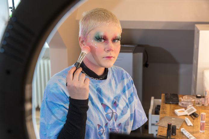 Amber Gatzen (15) uit Oirschot heeft de Make Up Cup van Nikki Tutorials (tv programma van Avro Tros) gewonnen.