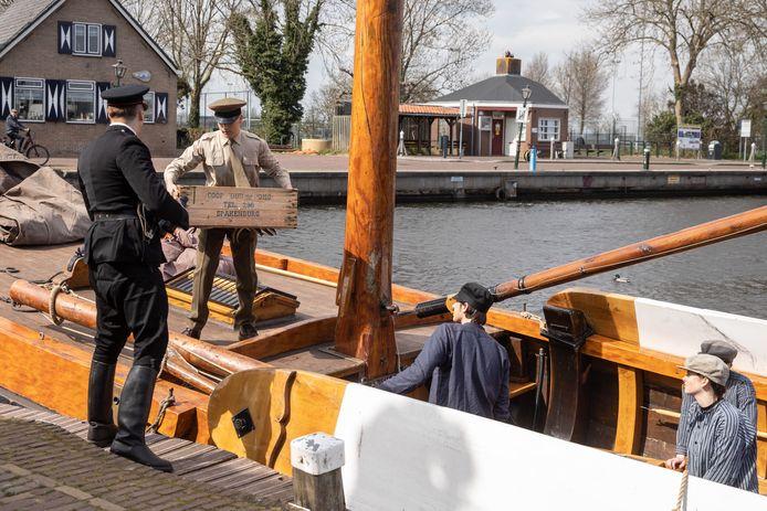 Filmopname van een Duitser die de palingvangst van een visser in ontvangst neemt.