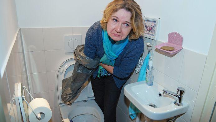 Ellie Schot heeft een vuilniszak paraat om haar toilet schoon te krijgen.