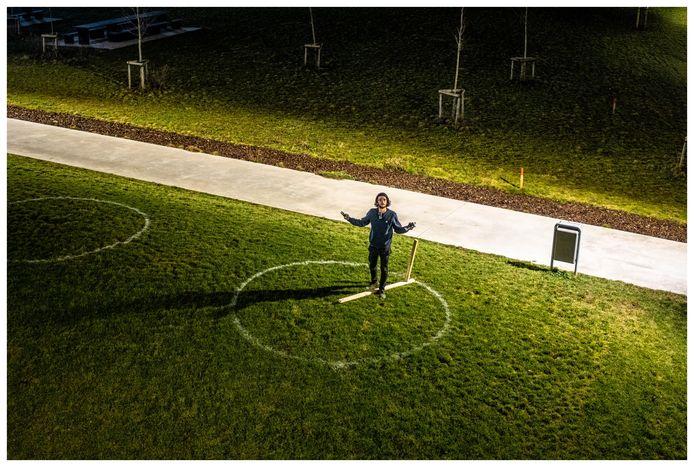 Het maken van de cirkels, in het Nelson Mandelapark