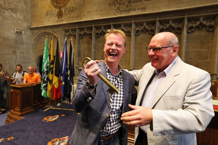 Schepen Christophe Peeters samen met burgemeester Termont. Beeld BELGA