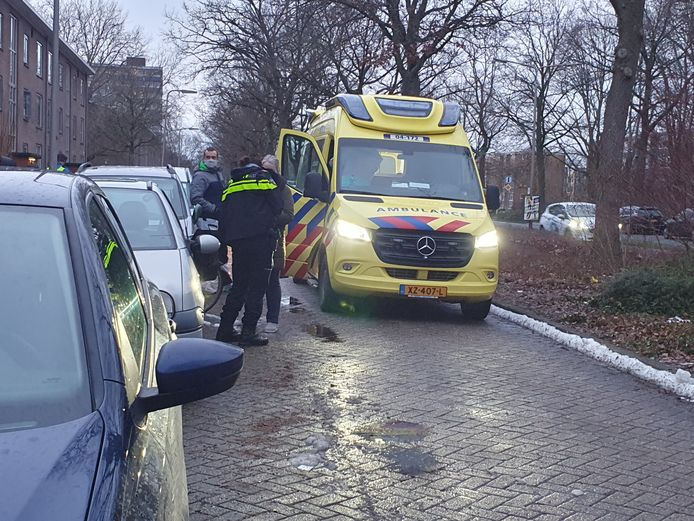 De ambulance in de Margijnenenk in Deventer gistermiddag.