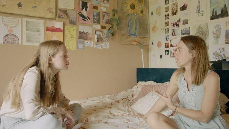 'Het gaat vaak alleen over mij en mama (rechts). Dan denk ik weleens: hela, mijn papa is óók leuk.' Beeld VRT