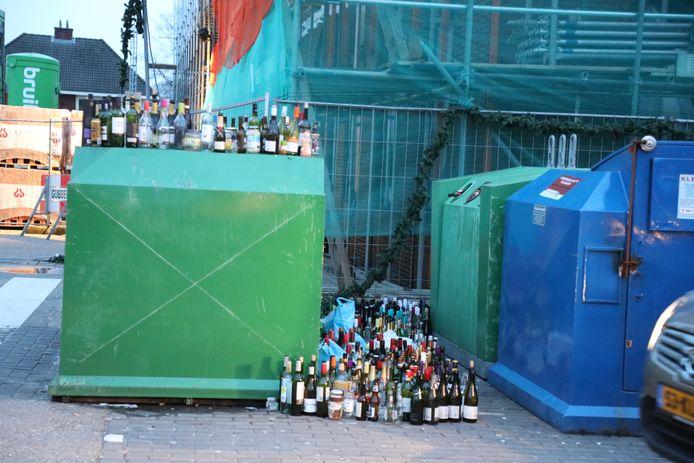 Het glas staat overal rond de container. Kaatsheuvel glasbak