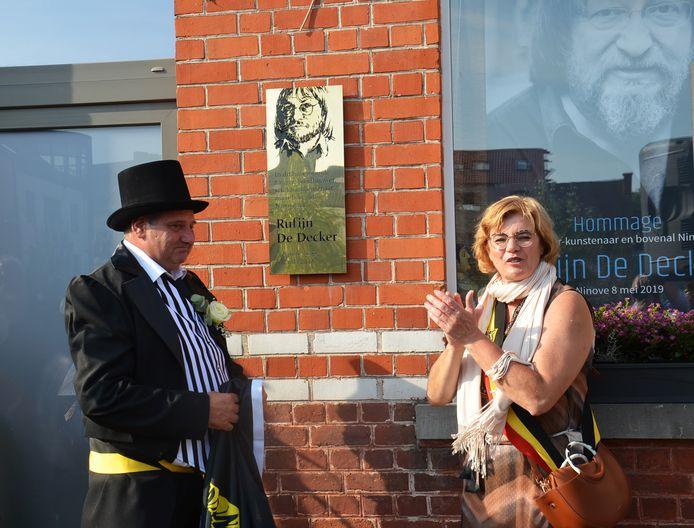 Schepen Alain Triest en burgemeester Tania De Jonge onthullen de gedenkplaat voor de verleden volkszanger en kunstenaar Rufijn De Decker in de Fernand Tavernestraat in Ninove.