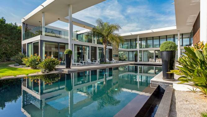 Door zee van glas leef je bijna buiten in deze villa van 9,35 miljoen euro