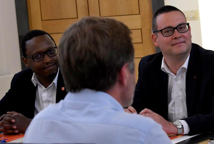 Germain Mugemangango et Raoul Hedebouw face à Paul Magnette lors d'une entrevue au Parlement de Wallonie à Namur, le 3 juin 2019.