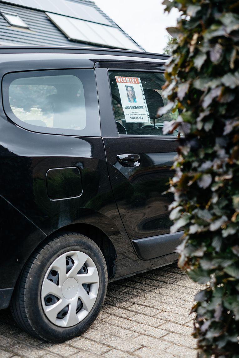 Ook in de auto hangt er een opsporinsbericht voor Jelle. Beeld Wouter Van Vooren