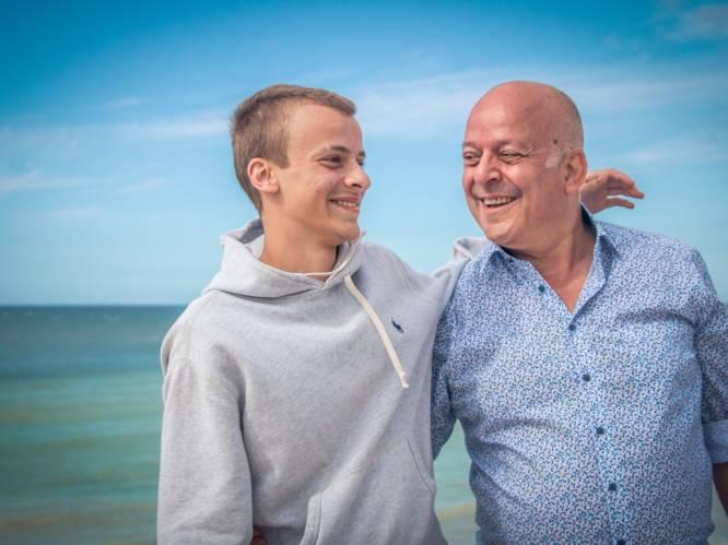 """Charles Beeckaert (19) na acht jaar herenigd met zijn terminale papa John (62): """"Zo blij dat ik er was, op zijn laatste moment"""""""