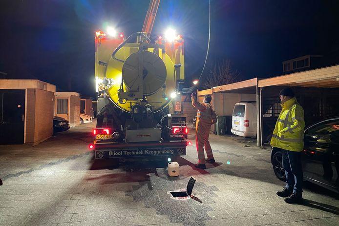 Een gespecialiseerd bedrijf pompt de benzine uit het riool.