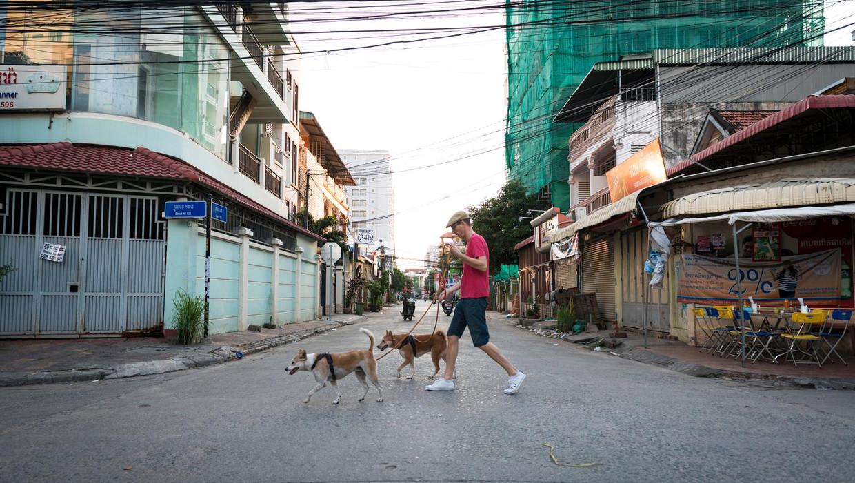 Victor Koppe Aan de wandel met de honden Nhim en Phim. Beeld RV
