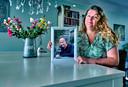 Laura de Jong met een foto van haar overleden man Alex de Jong, in hun woning in Papendrecht.