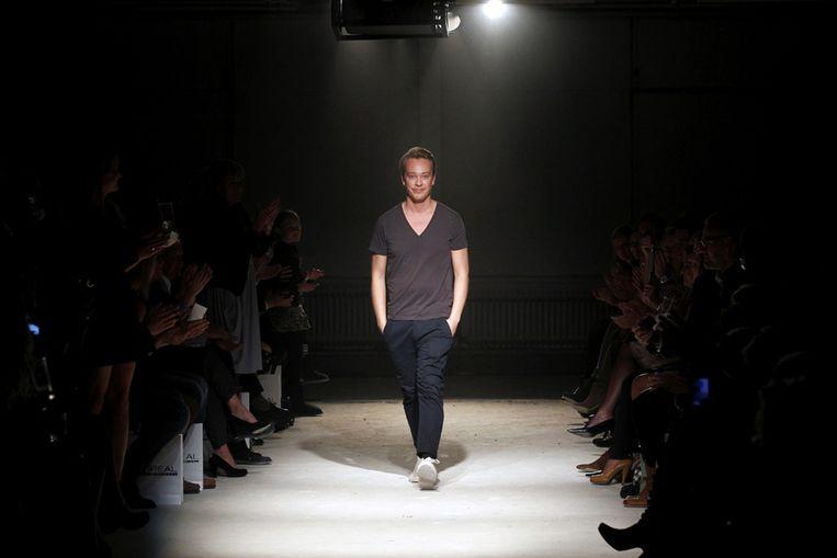 Mode-ontwerper Claes Iversen showt in Amsterdam zijn nieuwe collectie. Beeld null