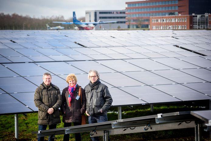 Op het terrein van de vliegbasis Eindhoven, op de voormalige strip voor zweefvliegtuigen, is een groot aantal zonnepanelen geplaatst. De initiatiefnemers bij het park: Jos Leenders (namens de vliegbasis betrokken bij het park), woordvoerster Marieke van Wijnen en Ad van de Ven .