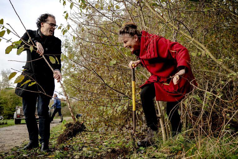De Amsterdamse wethouder Laurens Ivens (Openbare ruimte en Groen) en Urgenda directeur Marjan Minnesma verplaatsen een van de miljoen boompjes en struiken als startsein voor de meerjarige, grootschalige en gezamenlijke klimaatcampagne Meer Bomen Nu. Beeld ANP