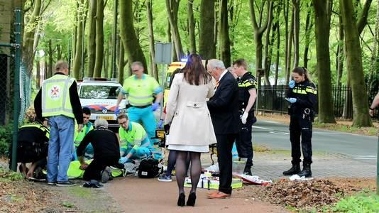 De ambtsketting bungelt aan haar linkerhand, terwijl burgemeester Hanne van Aart de verrichtingen van de ambulancemedewerkers volgt.