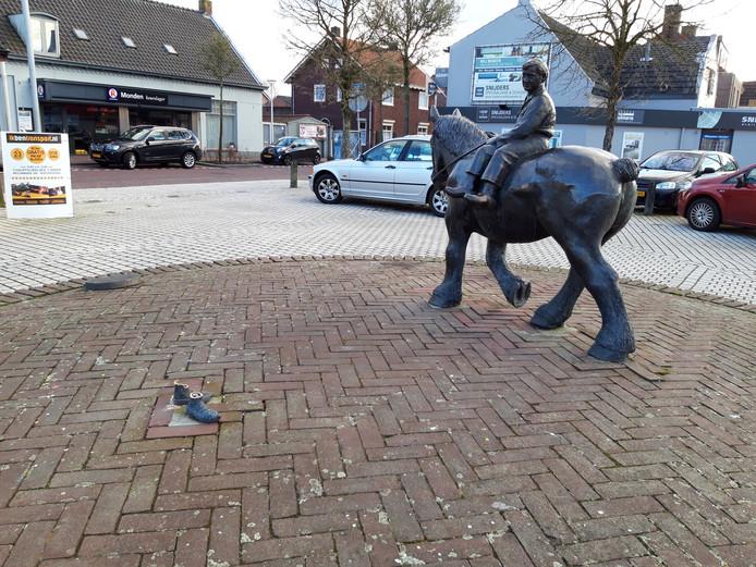 Alleen de voeten van de vrouwenfiguur staan er nog nadat vandalen afgelopen weekend huishielden in Sprundel. Het paard en de ruiter bleven ongemoeid.