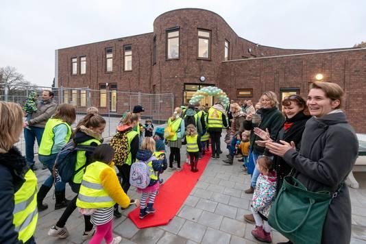 De kinderen van de Rozendaalse Dorpsschool stappen de nieuwe school binnen op de Bremheuvel.